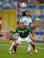 Vorne Jose Antonio Castro, Juan Sorin Argentinien<br /> Fussball WM 2006 Achtelfinale Argentinien - Mexiko<br />  Argentina - Mexico<br /> Norway only
