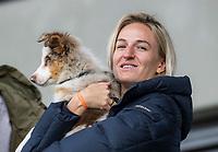 AMSTELVEEN - De geblesseerde Lauren Stam (Amsterdam) met hond  tijdens de competitie hoofdklasse hockeywedstrijd dames, Amsterdam-HDM (1-1).  COPYRIGHT KOEN SUYK