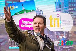 Porto Alegre, RS 14/08/2019: Em cerimônia que contou com a presença do prefeito, Nelson Marchezan Júnior, a prefeitura apresentou, na manhã desta quarta-feira (14), o sistema de localização por serviço de posicionamento global (GPS) em 100% da frota de ônibus de Porto Alegre. O evento foi realizado na Travessa Mário Cinco Paus, no Centro Histórico. A tecnologia, que aumenta a eficiência no transporte urbano, permite aos cidadãos acompanhar em tempo real, através de aplicativo para o celular, a localização dos veículos nas linhas que desejam utilizar. Foto: Jefferson Bernardes/PMPA
