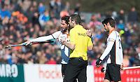 BLOEMENDAAL - Robert van der Horst   van OZ (l) met scheidsrechter Martin Madden  tijdens de halve finale tussen de mannen van Bloemendaal en Oranje Zwart (Eindhoven)  (2-2). rechts OZ wint na shoot outs. FOTO KOEN SUYK