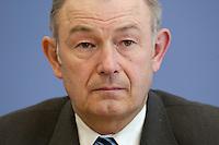 """24 MAR 2004, BERLIN/GERMANY:<br /> Guenther Beckstein, CSU, Innenminister Bayern, waehrend einer Pressekonferenz zum Thema """"Zuwanderungsgesetz"""", Bundespressekonferenz<br /> IMAGE: 20040324-03-023<br /> KEYWORDS: Günther Beckstein"""
