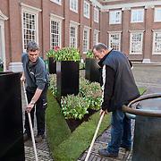 Ter gelegenheid van de viering van 400 jaar handelsbetrekkingen tussen Nederland Turkije verandert de binnenplaats van het Amsterdam museum een week lang in een zee van tulpen, één van de eerste producten die uit Turkije naar Nederland kwamen. Deze tulpen worden geplaatst door de Keukenhof. Foto JOVIP/JOHN VAN IPEREN