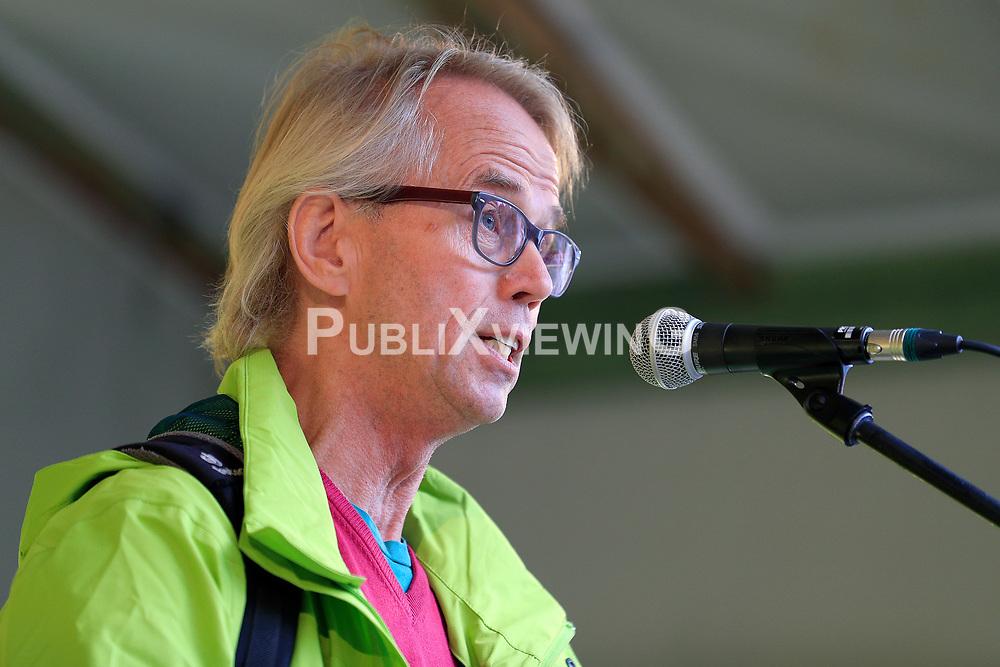 Wenige Tage nach Bekanntwerden des Umstands, dass der Salzstock im Wendland nicht weiter auf die Eignung als Atommülllager erkundet werden soll, feiern Atomkraftgegner das Aus für Gorleben nach 43 Jahren des Widerstands. Im Bild: Stefan Voelkel<br /> <br /> Ort: Gorleben<br /> Copyright: Andreas Conradt<br /> Quelle: PubliXviewinG