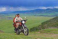 Mongolie, Province de Ovorkhangai, Vallee de l'Orkhon, nomades en moto// Mongolia, Ovorkhangai province, Okhon valley, Nomad with motorbike