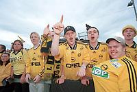 Lillestrøm-supportere jubler. Lillestrøm - Strømsgodset 3-0. Kampen ble spilt på Myhrer stadion (Eidsvoll). NM 2000 herrer, 4. runde. 19. juli 2000 (Foto: Peter Tubaas/Fortuna Media)