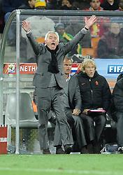 11.07.2010, Soccer-City-Stadion, Johannesburg, RSA, FIFA WM 2010, Finale, Niederlande (NED) vs Spanien (ESP) im Bild Bert Van Marwijk (Niederlande) .schreit, regt sich auf, EXPA Pictures © 2010, PhotoCredit: EXPA/ InsideFoto/ Perottino *** ATTENTION *** FOR AUSTRIA AND SLOVENIA USE ONLY! / SPORTIDA PHOTO AGENCY