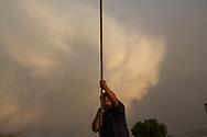 Hombre tensando una cuerda para detener un castillo, en la Feria Internacional de la Pirotecnia.