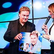 NLD/Amsterdam/20131014 - Cd presentatie Wesly Bronkhorst, Lieke van Lexmond reikt de cd uit aan Wesly Bronkhorst