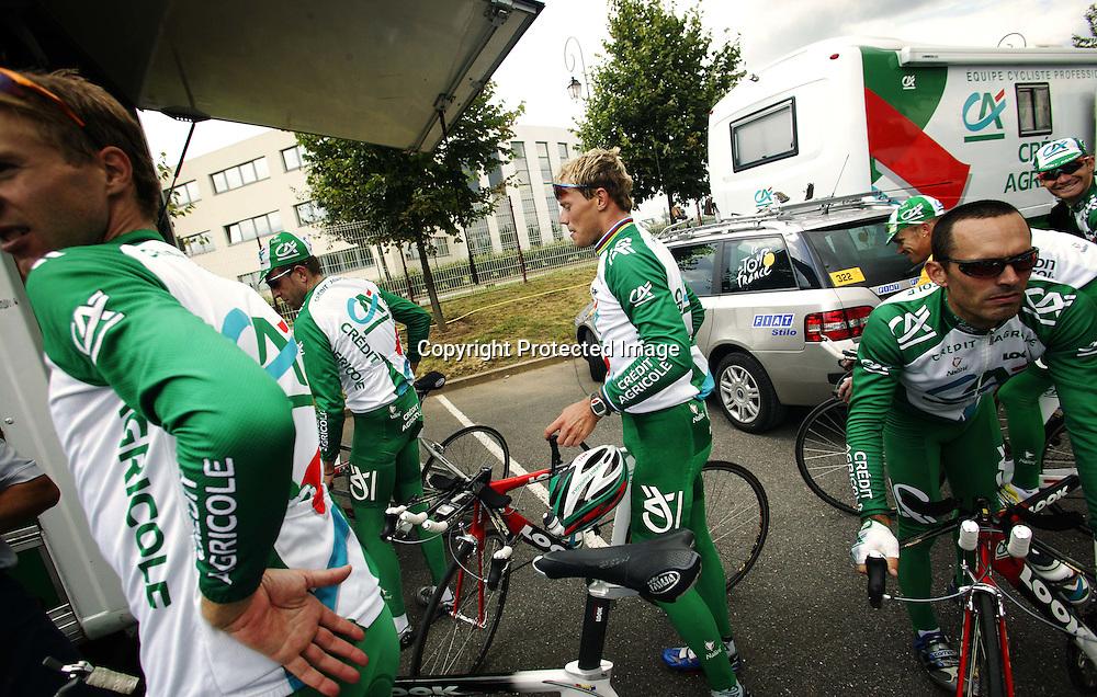 Paris 3.7.2003..Creditè Agricole og Thor Hushovd forbereder seg til Tour de France. Hushovd sliten etter en tøff økt på sykkelsete.....Foto: Daniel Sannum Lauten/Dagbladet *** Local Caption *** Husvod,Thor