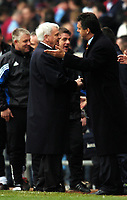 Fotball<br /> Premier League 2003/04<br /> Aston Villa v Newcastle<br /> Birmingham<br /> 18. april 2004<br /> Foto: Digitalsport<br /> Norway Only<br /> <br /> BOBBY ROBSON MANAGER NEWCASTLE UNITED SHAKES HANDS WITH DAVID O'LEARY MANAGER ASTON VILLA