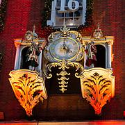 Orologio meccanico sulla facciata di Forntum & Mason, il vasto emporio per la vendita di beni di lusso nella centralissima Piccadilly Street a Westminster e fornitore della Famiglia Reale inglese fin dalla sua apertura nei primi anni del 1700.<br /> <br /> The mechanical statues clock on the Fortnum & Mason facade, the large upmarket store in Piccadilly Street in Westminster, British Royal Family and supplier since his opening at the beginning of 1700.