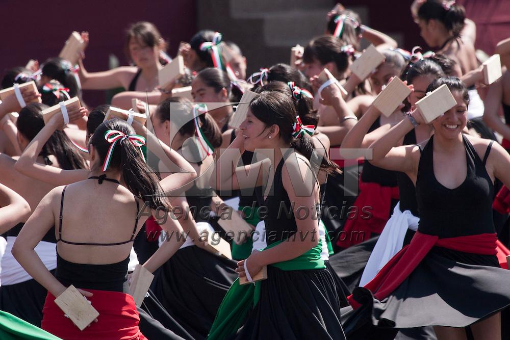 TOLUCA, Mexico.- Estudiantes de secundarias del Valle de Toluca realizan tablas gimnasticas y artisticas durante la ceremonia conmemorativa del centenario de la Revolucion Mexicana. Agencia MVT / Mario Vazquez de la Torre. (DIGITAL)