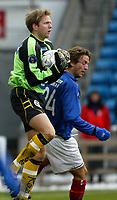 Fotball. Eliteserien Vålerenga - Start. Startkeeper Rune Nilsen i duell med vifs Petter Belsvik.<br /> <br /> Foto: Andreas Fadum, Digitalsport