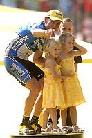 Sykkel<br /> Tour de France 2005<br /> 21. etappe<br /> 24.07.2005<br /> Foto: PhotoNews/Digitalsport<br /> NORWAY ONLY<br /> <br /> LANCE ARMSTRONG - LUKE, GRACE & ISABELLA