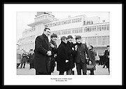 The Beatles kommer til Irland for å spille konsert. Avbildet på Dublin flyplass 1963.