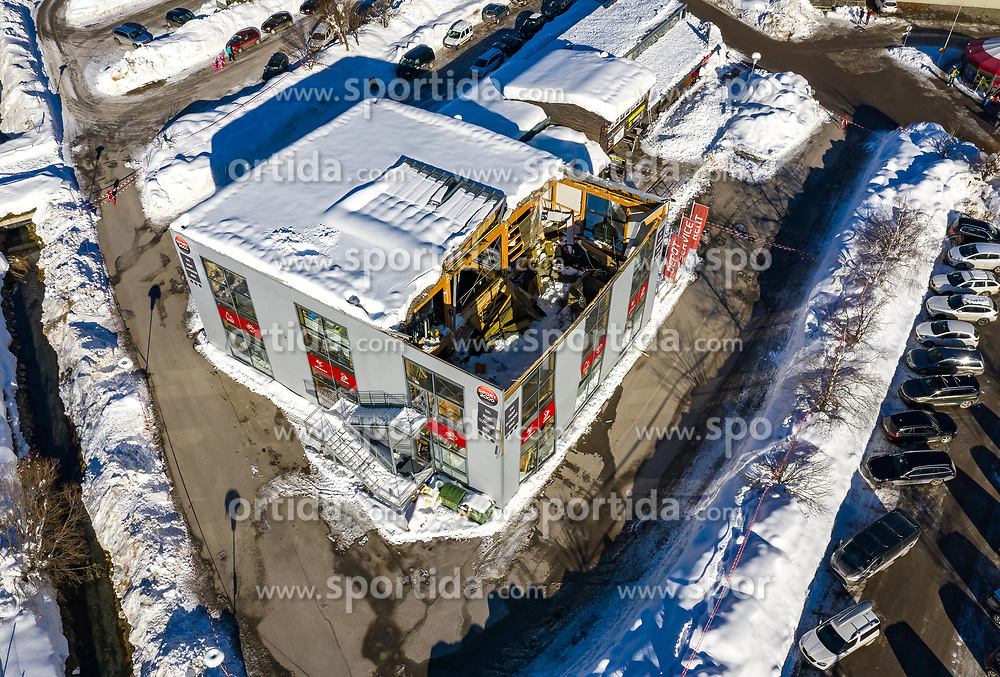 05.01.2021, Matrei in Osttirol, AUT, Dach eines Gebäudes eingestürzt. In Matrei in Osttirol ist am Montag der Ostteil eines wegen der enormen Schneelast bereits beschädigten Sporthauses endgültig eingestürzt. Dem Einsturz könnte auch ein Konstruktionsfehler zu Grunde liegen, hieß es. Verletzt wurde niemand. Im Bild, Übersicht auf das beschädigte Sportgeschäft // In Matrei in East Tyrol on Monday the eastern part of a sports house, already damaged due to the enormous snow load, finally collapsed. The collapse could also be due to a construction error, it was said. No one was injured. In the picture, overview of the damaged sports store. Matrei, Austria on 2021/01/05. EXPA Pictures © 2021, PhotoCredit: EXPA/ Johann Groder