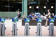 In San Francisco staat in Market Street een stalling van de Ford Gobike, het deelfietssyteem in San Francisco. Het openbaar huursysteem, voorheen Bay Area Bike Share geheten, is vanaf 2013 operatief rond de San Francisco bay. Het bestaat momenteel uit ongeveer 7000 fietsen. De fietsen kunnen bij elk station worden gepakt en op een willekeurig ander station worden neergezet. Per rit is het eerste half uur gratis, de huurfietsen zijn bedoeld voor korte ritten.<br /> <br /> Bike parking in San Francisco of the Ford Gobike, formerly known as Bay Area Bike Share, the bike sharing system in San Francisco Bay Area. The public rental system has been operative since 2013 in San Francisco and currently consists of about 7000 bikes. The bikes can be picked up at each station and put down at any other station. Per trip, the first half hour is for free. The rental bicycles are provided for short journeys.