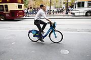 In San Francisco rijdt een man op de Ford Gobike, het deelfietssyteem in San Francisco. Het openbaar huursysteem, voorheen Bay Area Bike Share geheten, is vanaf 2013 operatief rond de San Francisco bay. Het bestaat momenteel uit ongeveer 7000 fietsen. De fietsen kunnen bij elk station worden gepakt en op een willekeurig ander station worden neergezet. Per rit is het eerste half uur gratis, de huurfietsen zijn bedoeld voor korte ritten.<br /> <br /> In San Francisco a man rides the Ford Gobike, formerly known as Bay Area Bike Share, the bike sharing system in San Francisco Bay Area. The public rental system has been operative since 2013 in San Francisco and currently consists of about 7000 bikes. The bikes can be picked up at each station and put down at any other station. Per trip, the first half hour is for free. The rental bicycles are provided for short journeys.