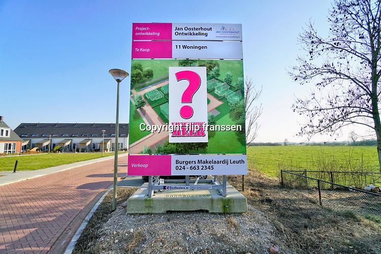 Nederland, Leuth, 27-2-2019Op een weiland aan de rand van het dorp worden binnenkort nieuwe koophuizen gebouwd door een projectontwikkelaar . Hierdoor kunnen jonge starters uit het dorp misschien een woning kopen .Foto: Flip Franssen