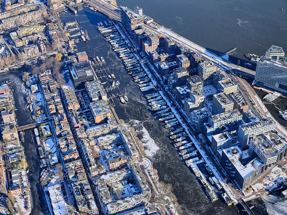 Nederland, Noord-Holland, Amsterdam, 13-02-2021; Winter in Amsterdam, Westerdok met woonschepen in het ijs.<br /> <br /> luchtfoto (toeslag op standaard tarieven);<br /> aerial photo (additional fee required)<br /> copyright © 2021 foto/photo Siebe Swart