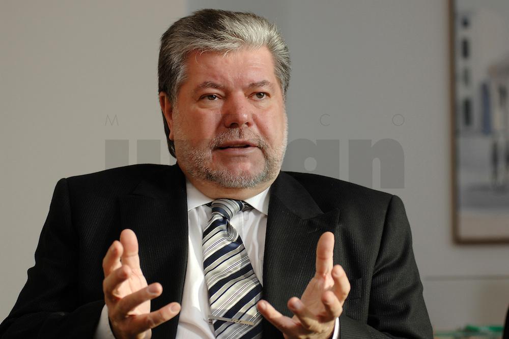 08 JAN 2007, BERLIN/GERMANY:<br /> Kurt Beck, SPD Parteivorsitzender und Ministerpraesident Rheinland-Pfalz, waehrend einem Interview, in seinem Buero, Willy-Brandt-Haus<br /> Kurt Beck, Party Leader of the Social Democratic Party, during an interview, in his office, Willy-Brandt-Haus<br /> IMAGE: 20070108-01-069<br /> KEYWORDS: Ministerpräsident