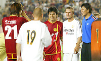 Fotball<br /> Real Madrid i Kina<br /> David Beckham gjør sin debut for Real Madrid<br /> Foto: Digitalsport<br /> <br /> China Dragon XI v Real Madrid at the Workers Stadium, Beijing, China. 02/08/2003.<br />David Beckham has his picture taken with Chinese players on his Real Madrid debut.