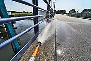 Nederland, Laag-Keppel, 10-8-2020   De ophaalbrug over de oude IJssel moet worden nat gehouden om te voorkomen dat door de hitte het stalen constructie teveel uitzet en de brug klem komt te zitten waardoor hij niet meer open of dicht kan, bediend kan worden.Foto: ANP/ Hollandse Hoogte/ Flip Franssen