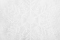 Subtil snøkrytall-bakgrunn. Nesten helt hvit bakgrunn, med konturer av en stilisert snøkrystall som ligger på en seng av snø.