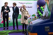 Koningin Maxima geeft startsein Week van het geld op de basisschool OBS West in Capelle aan de IJssel. <br /> <br /> Queen Maxima launches Money Week at the primary public school  in Capelle aan den IJssel.<br /> <br /> Op de foto / On the photo:  Koningin Maxima en staatssecretaris Sander Dekker van Onderwijs, Cultuur en Wetenschap geven het startsein voor de actieweek ///  Queen Maxima Sander Dekker and State Secretary of Education, Culture and Science, give the starting signal for the action week