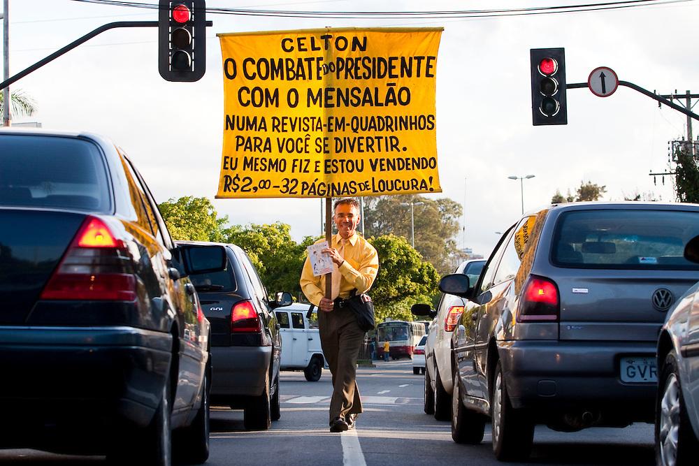 Belo Horizonte_MG, Brasil...Lacarmelio roteirista, desenhista e vendedor da revista em quadrinhos Celton, que ele mesmo faz e vende em sinais de Belo Horizonte...Lacarmelio is a writer, a designer and a seller of the comic book Celton, He makes and sells its in the signs in Belo Horizonte...Foto: LEO DRUMOND / NITRO..