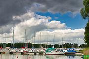 Marina w Sztynorcie, największy port na Mazurach, położony w centrum północnej części Mazur na szlaku Wielkich Jezior w miejscu w którym łączą się jeziora Mamry i Dargin.