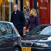 NLD/Laren/20100220 - Maurits Regenboog, ex partner van Catherine Keyl, winkelend in Laren met nieuwe liefde