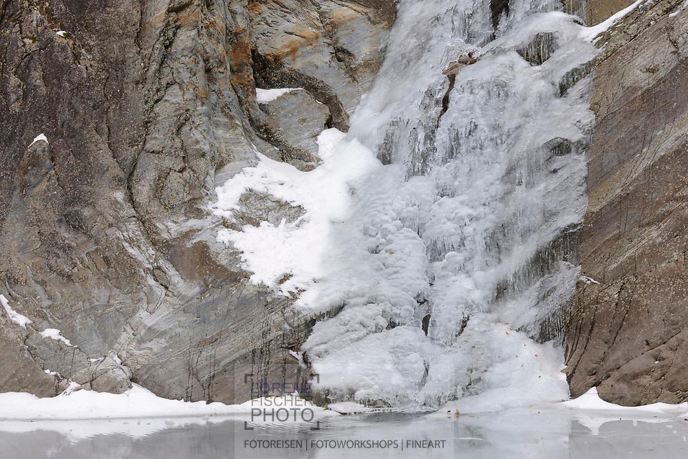 Gefrorener Wasserfall, Eisgebilde und Eiszapfen der Cascata del Soladino im Valle Maggia während einer ausgedehnten Kälteperiode.