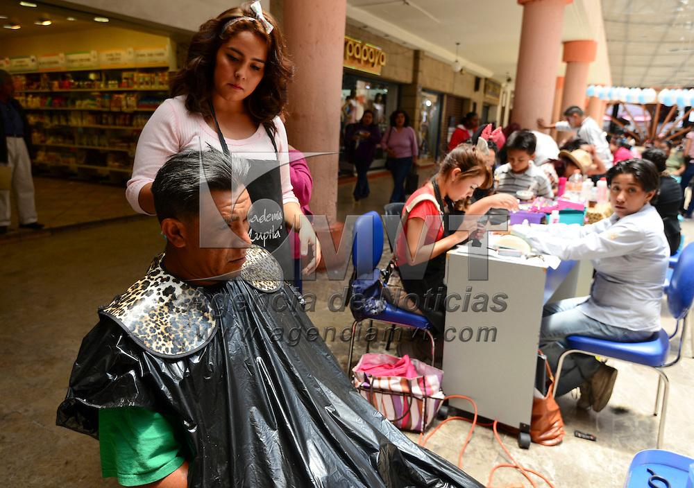 Toluca, México (Abril 28, 2016).- Hombres y mujeres aprovecharon para darse una arregladita en la feria instalada en la Concha Acústica por una escuela de belleza de la ciudad de Toluca.  Agencia MVT / Crisanta Espinosa.