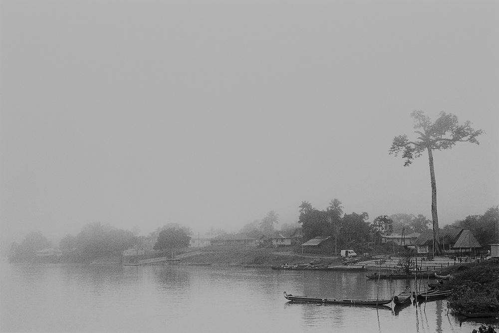 """Guyane française, Maripasoula, Haut-Maroni.<br /> <br /> Pole economique du Haut-Maroni pour certains, tiers-monde de la republique pour d'autres. <br /> Plus vaste """"commune"""" de France : 3 600 habitants sur un rayon de 150 km, coincee entre la foret amazonienne et le Maroni, fleuve frontiere du Surinam. A l'exception des services departementaux et municipaux, l'orpaillage avec ses metiers derives represente la seule source d'activite. <br /> Maripasoula marque la limite entre le pays bosch (1) et le pays amerindien Wayana.<br /> L'approvisionnement vient du Surinam, sur la rive opposee ou des villes du littoral, St Laurent ou Cayenne.<br /> <br /> (1) Pays boni. Majoritaires sur le fleuve, les Bonis ou Bushinengues - composes de quatre ethnies, les Alukus (a Maripasoula), les Djukas (plus au nord), les Paramakas et les Saramakas - sont des Noir marrons descendants d'Africains ayant vecu en autarcie dans la foret amazonienne, de chaque cote du Maroni."""