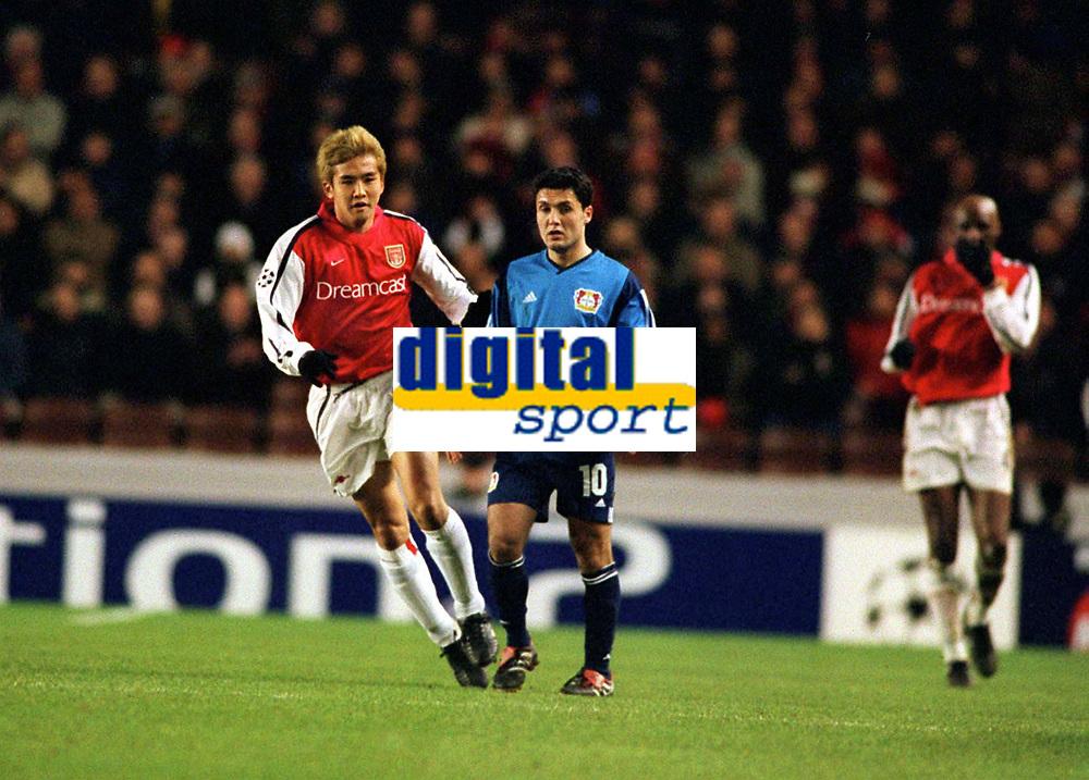Fotball: Junichi Inamoto, Arsenal. Yildiray Basturk Bayer Leverkusen. Arsenal v Bayer Leverkusen. Champions League. 27.2.2002.<br /><br />Foto : Andrew Cowie/Digitalsport