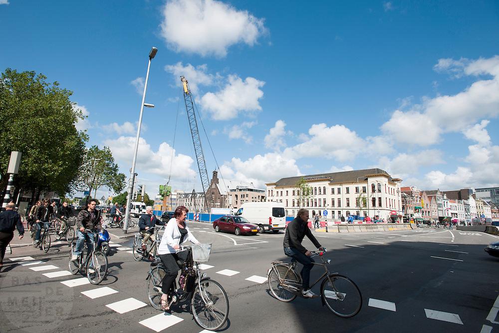 Verkeer bij de werkzaamheden aan de Catherijnesingel in Utrecht.<br /> <br /> Traffic at the Catherijnesingel in Utrecht.