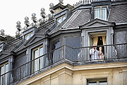Frankrijk, Parijs, 28-3-2010Twee hotelgasten, een man en een vrouw, staan op het balkon van hun kamer een sigaret te roken. De man heeft een badjas aan.Two guests, a man and a woman standing on the balcony of their room to smoke a cigarette. The man has a bathrobe.Foto: Flip Franssen/Hollandse Hoogte