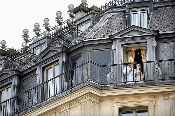 Frankrijk, Parijs, 28-3-2010Twee hotelgasten, een man en een vrouw, staan op het balkon van hun kamer een sigaret te roken. De man heeft een badjas aan.Two guests, a man and a woman standing on the balcony of their room to smoke a cigarette. The man has a bathrobe.Foto: Flip Franssen/Hollandse Hoogte