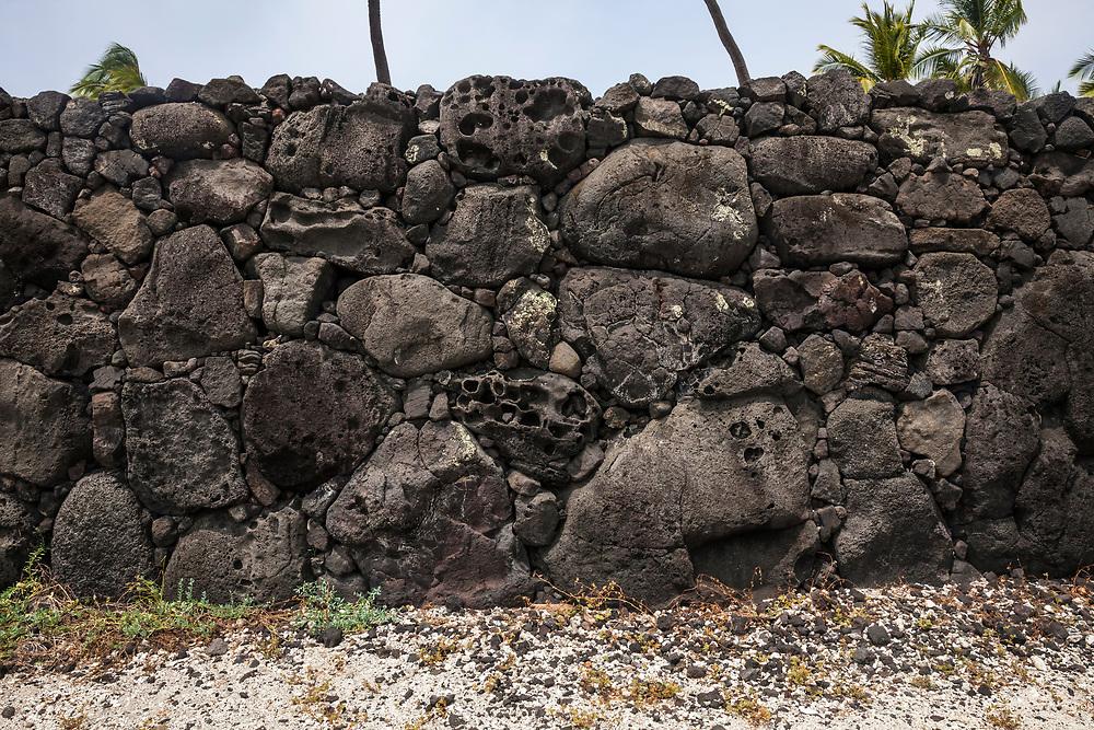 Pā Puʻuhonua or Great wall within Puʻuhonua o Hōnaunau National Historical Park, Hawaii, USA.
