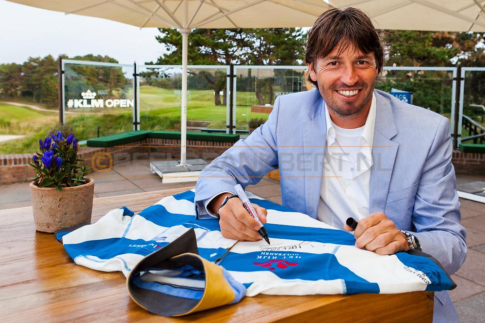15-09-2014 Robert-Jan Dersken zet handtekening op State of Art shirt voor twitteractie #kraagjeomhoog op maandag na de finaledag van de KLM flying Blue Platinum Series, gespeeld op maandag 15 september op de Kennemer Golf & Country Club in Zandvoort, Nederland.