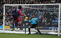 GREAT SAVE BY SHAKE HISLOP FROM GONZALO SORONDO-BARCLAYS PREMIERSHIP-CRYSTAL PALACE V PORTSMOUTH-26DEC2004-COLORSPORT/KIERAN GALVIN