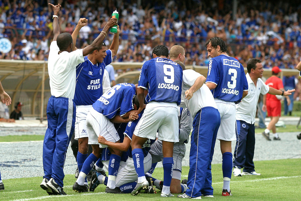 Belo Horizonte_MG, Brasil...Jogadore do Cruzeiro na final do Campeonato Brasileiro 2003...The Cruzeiro soccer player at the end of Brazilian Football Championship 2003...Foto: LEO DRUMOND / NITRO
