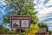 Tablica informacyjna przy wjeździe do Kruszynian, Polska<br /> Information board at the entrance to Kruszyniany, Poland