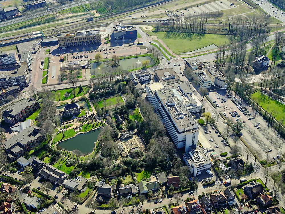 Nederland, Noord-Holland, Beverwijk;  03-23-2020; Rode Kruis Ziekenhuis, mede ontstaan door fusie met Sint-Jozef Ziekenhuis (Heemskerk). Het Brandwondencentrum maakt deel uit van het ziekenhuis. Achter het zieknhuis Landgoed Akerendam.<br /> Red Cross Hospital, partly created by a merger with Sint-Jozef Hospital (Heemskerk). <br /> luchtfoto (toeslag op standard tarieven);<br /> aerial photo (additional fee required)<br /> copyright © 2020 foto/photo Siebe Swart