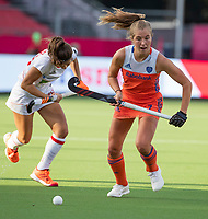 ANTWERPEN - Xan de Waard (Ned) met Lucia Jimenez (Esp)  met    tijdens  hockeywedstrijd  dames,Nederland-Spanje ,   bij het Europees kampioenschap hockey.  COPYRIGHT KOEN SUYK