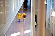 Nederland, Nijmegen, 29-9-2011Ziekenhuismedewerkers, verplaatsen zicht door een gang.Foto: Flip Franssen