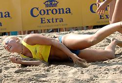 18-06-2006 VOLLEYBAL: CITY BEACH TOUR: GOUDA<br /> De finales van de City Beach! Tour stond dit weekend op de markt van Gouda / Marleen van Iersel<br /> ©2006-WWW.FOTOHOOGENDOORN.NL