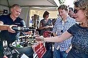 Nederland, Groesbeek, 27-9-2014 In Groesbeek worden de nationale wijnfeesten gehouden. Onderdelen zijn o.a. het druivenkneuzen, het met blote voeten stampen van de druiven, wijnproeven, of bezoek aan een wijnboer, wijngaard. Groesbeek wil zich manifesteren als nationaal wijndorp en een voortrekkersrol spelen in de nederlandse wijncultuur omdat het diverse wijngaarden huisvest. In groesbeek national wine festivals are held. Part of this was the grape grinding, with bare feet stamping of the grapes. Groesbeek wants a leading role in the Dutch wine culture because it houses various vineyards. À Groesbeek vin festivals nationaux sont organisés. Une partie de ce raisin a été le meulage, pieds nus estampillage des raisins. Groesbeek veut un rôle de premier plan dans la culture du vin hollandais car il abrite différents vignobles. Foto: Flip Franssen/Hollandse Hoogte