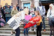 Koningin Maxima en prinses Mabel tijdens de Conferentie voor Mental Health and Psychosocial Support in het Koninklijk Instituut voor de Tropen. <br /> <br /> Queen Maxima and Princess Mabel during the Conference for Mental Health and Psychosocial Support at the Royal Tropical Institute.<br /> <br /> Op de foto / On the photo:  Aankomst Prinses Mabel en minister Sigrid Kaag met Britt Scholte / Arrival of Princess Mabel and Minister Sigrid Kaag